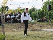 Stezka bosou nohou mezi Valticemi a rakouským Schrattenbergem se stala v sobotu místem setkání Rakušanů a Čechů. Při poslechu dechové hudby Svárovanka jedli a pili na Slavnosti Reistna.