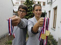 Veslaři Dalibor a Markéta Nedělovi jdou tak trochu ve stopách své babičky. Na snímku ukazují medaile, které vybojovali na republikovém šampionátu ve sprintu.