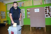 Jakub Matuška, lídr opozičního sdružení Mladí a neklidní. Komunální volby v Břeclavi na Základní škole Jana Noháče.