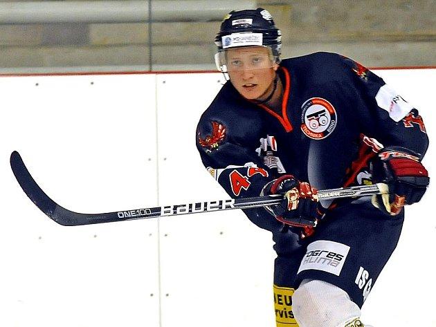 Mladý brněnský obránce Zbyněk Vozdecký za poslední dva roky vystřídal tři dresy rivalů. Ačkoliv pochází z Komety Brno, hrál druhou ligu za Břeclav, Hodonín a nyní brněnskou Techniku.