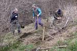 Bořetičtí myslivci vysadili kolem polní cesty tři sta stromků.