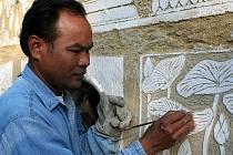 Kambodžan Chatna Tour přijel do Širokého dvora, aby se zúčastnil sympozia pořadaného sochařem Michalem Blažkem.