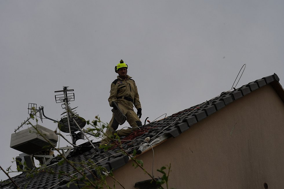 Speciální USAR tým na vyhledávání lidí ze zavalených domů zasahoval v pátek v Moravské Nové Vsi na Břeclavsku, 25. června 2021.