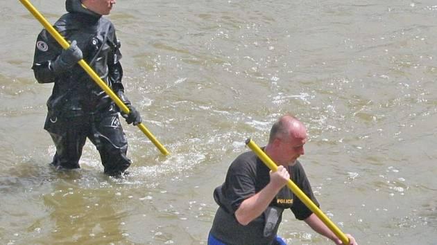 Do pátrání po zmizelém školákovi se pustili hasiči i policejní potápěči.