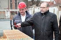 Poklepáním základního kamene začala oficiálně ve Vranovicích ve čtvrtek 8. března 2012 výstavba domu pro seniory. Vpravo (s kladívkem) je vranovický starosta Jan Helikar.