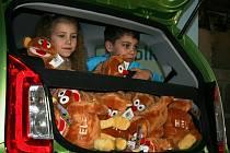 Děti do auta naskládaly třiapadesát postaviček Hele.