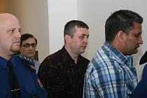 V kauze převaděčského gangu vystupuje trojice obžalovaných (zprava) Asfaq Muhammad, Laurentiu Ioan Nicolici a Mohsin Hassan Minto alias Strýček. Eskorta je ve čtvrtek přivedla k líčení břeclavského okresního soudu v poutech.