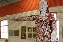 Bývalou halu cukrovaru v Břeclavi zaplnila různorodá díla. V pořadí již čtvrtý Břeclavský umělecký salon, který je pod taktovkou Sdružení břeclavských výtvarníků, představuje malby, grafiky, plastiky, keramické sochy i fotografie.