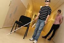 Redaktor Břeclavského deníku Rovnost Michal Hrabal si vyzkoušel pohyb nevidomého.