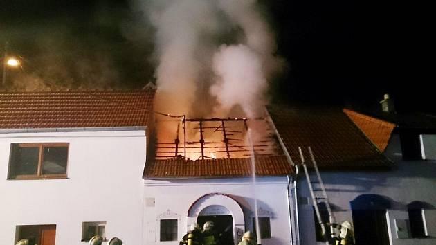 Při čtvrtečním nočním požáru vinného sklepu v Bořeticích zemřel jeden muž. Dva dobrovolní hasiči a majitel sklepu byli zranění. Příčinu vzniku požáru vyšetřují.