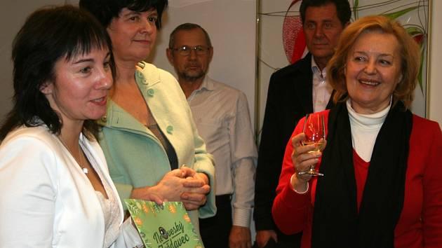 Jihomoravská komunitní nadace stojí za novou knihou Neoveský zvědavec. Křest si nenechal ujít zástup hostů, mezi nimiž vynikala slovenská herečka a diplomatka Magda Vášáryová.