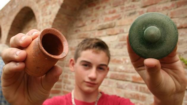 Archeolog Jiří Pajer vykopal s pomocníky na poli v Pouzdřanech vzácnou keramiku.