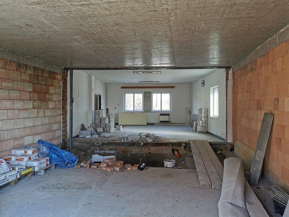 Propojené místnosti - původní a přístavba.