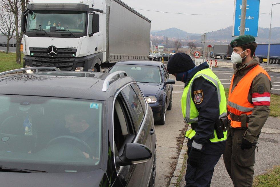 Kontrola na hraničním přechodu při vjezdu do Rakouska.