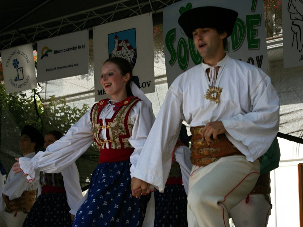Folkloristé slavili. Soubory z České republiky a ze Slovenska roztančily Mikulov. Na festivalu Sousedé.