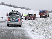 Dopravní nehoda dvou osobních aut zablokovala v úterý ráno provoz na zasněžené silnici mezi obcemi Valtice a Sedlec.