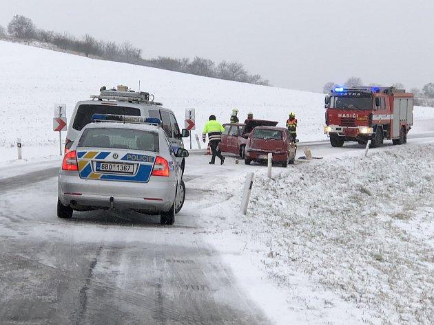 Dopravní nehoda dvou osobních aut zablokovala vúterý ráno provoz na zasněžené silnici mezi obcemi Valtice a Sedlec.
