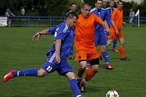 Fotbalisté Lednice (v modrém).