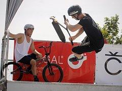 V pasohláveckém Merkuru bavili odvážlivci na skateboardu, BMX kole či koloběžce, kteří se spouštěli po minirampě. Při další zastávce Summer X Fest Tour organizátoři připravili i soutěže o ceny.