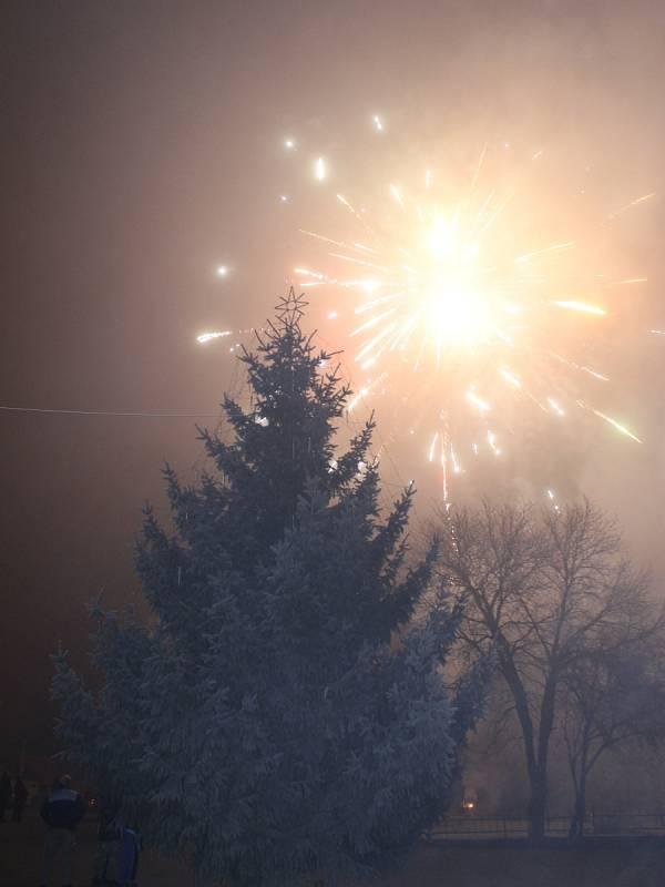 Ohňostroj ozářil nebe nad Tvrdonicemi už o půl osmé večer.