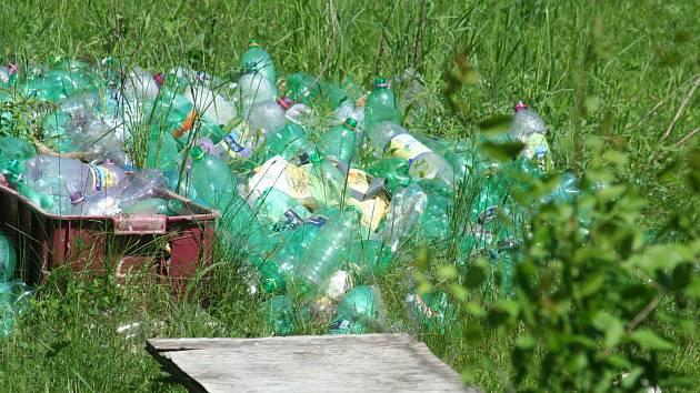 Ačkoliv bývalý rekreační areál u Lanžhota nese název Oáza, dnes připomíná spíše apokalypsu. Výjimkou nejsou rozházené plasty, papíry, postel nebo přilba.