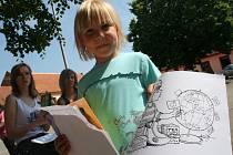 Žáci druhého stupně lanžhotské základní školy radili dospělím, jak správně ekologicky třídit odpad.
