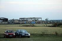Tornádem poničený areál zemědělského podniku.