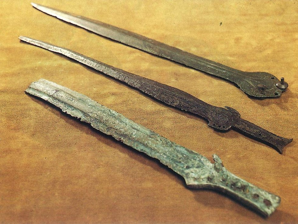 Bronzové meče střední doby bronzové z Boleradic, Kojátek a Kobeřic.
