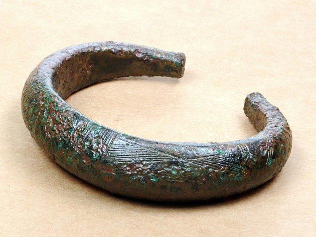 Jeden z bronzových náramků ze souboru nálezů ze Strachotína.