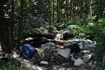 Jen kousek od střední nádrže Nových mlýnů lze narazit na hromady odpadků a starých či rozbitých věcí. Takhle je zachytila Michaela Navrátilová z Dolních Dunajovic. Spoušť mají podle všeho z části na svědomí rybáři.