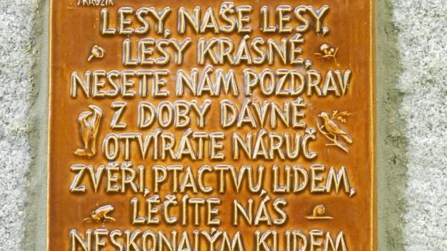Z třicet let starého pomníku lužnímu lesu stojícímu poblíž Tvrdonic někdo ukradl pamětní desky. Podle všeho byly z bronzu. O nápravu se postaral kamarád Františka Schulze z Břeclavi, který se rozhodl zůstat v anonymitě.