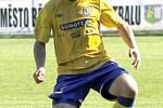 Břeclavští fotbalisté (ve žlutém) se se sezonou loučili výhrou.