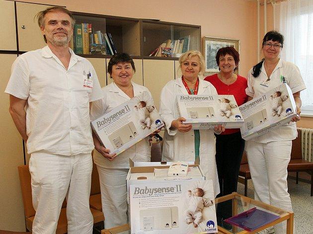 Deset monitorů dechu Babysense II v hodnotě bezmála třiceti tisíc korun převzali od Nadace Křižovatka zástupci dětského oddělení břeclavské nemocnice.