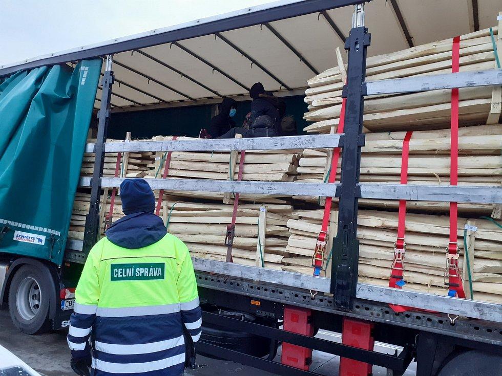 V nákladním prostoru bulharského kamionu se ukrývali čtyři běženci. Jihomoravští celníci je objevili na dálnici D2 nedaleko Lanžhota.