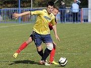 Břeclavští fotbalisté (v modro-žluté) podlehli Třebíči 0:1.