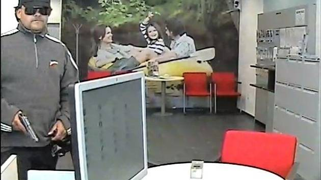 Asi čtyřicetiletého lupiče zachytila kamera v bance.