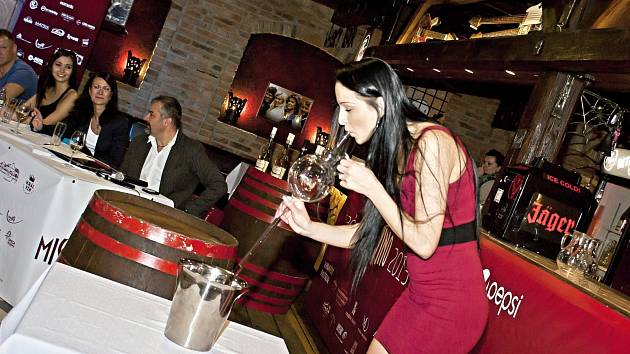 Také tahání vína koštýřem bylo důležitým kritériem pro postup do finále soutěže krásy Miss víno.