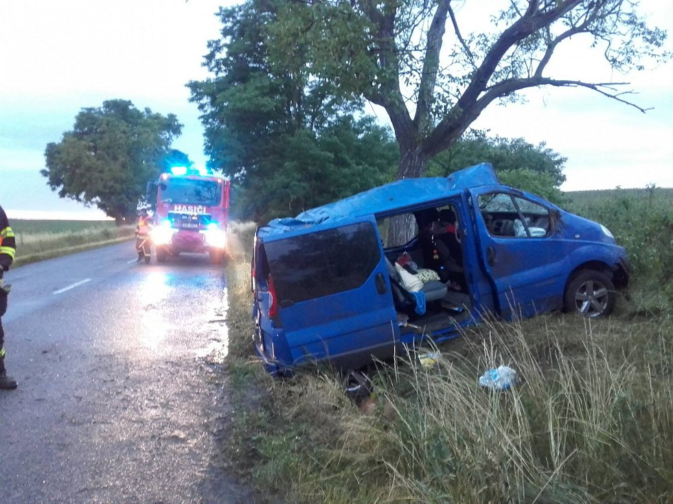 Při nehodě u Jevišovky se zranili tři lidé a pes.