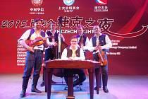 Cimbálová muzika Lália má zázemí ve Velkých Bílovicích. Předposlední dubnový týden hráli muzikanti Číňanům v Šanghaji na mezinárodním veletrhu. Propagovali folklor na jižní Moravy.
