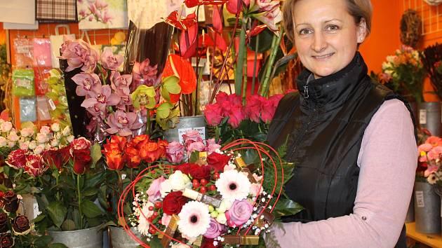 Jedním z oblíbených valentýnských darů jsou každoročně květiny. Speciální květinové vazby chystají také v Květinovém studiu Kopretina v Břeclavi.