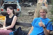 Lenka Chadimová a Monika Průdková odpočívají po náročném dni.