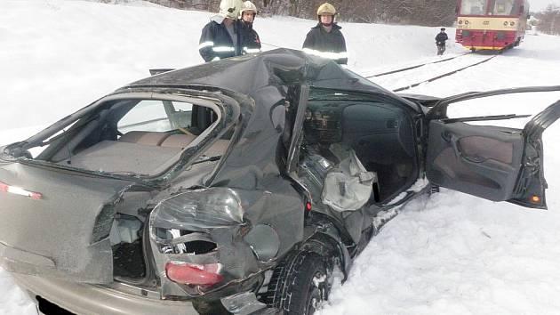 Srážka osobního auta s vlakem u Hustopečí.