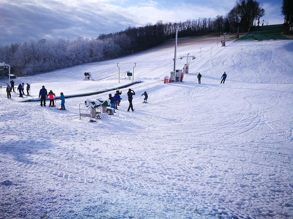 První mrazíky umožnily správcům lyžařských areálů zapnout sněhová děla. Lyžuje se v Němčičkách na Břeclavsku, v Olešnici na Blanensku zasněžují.