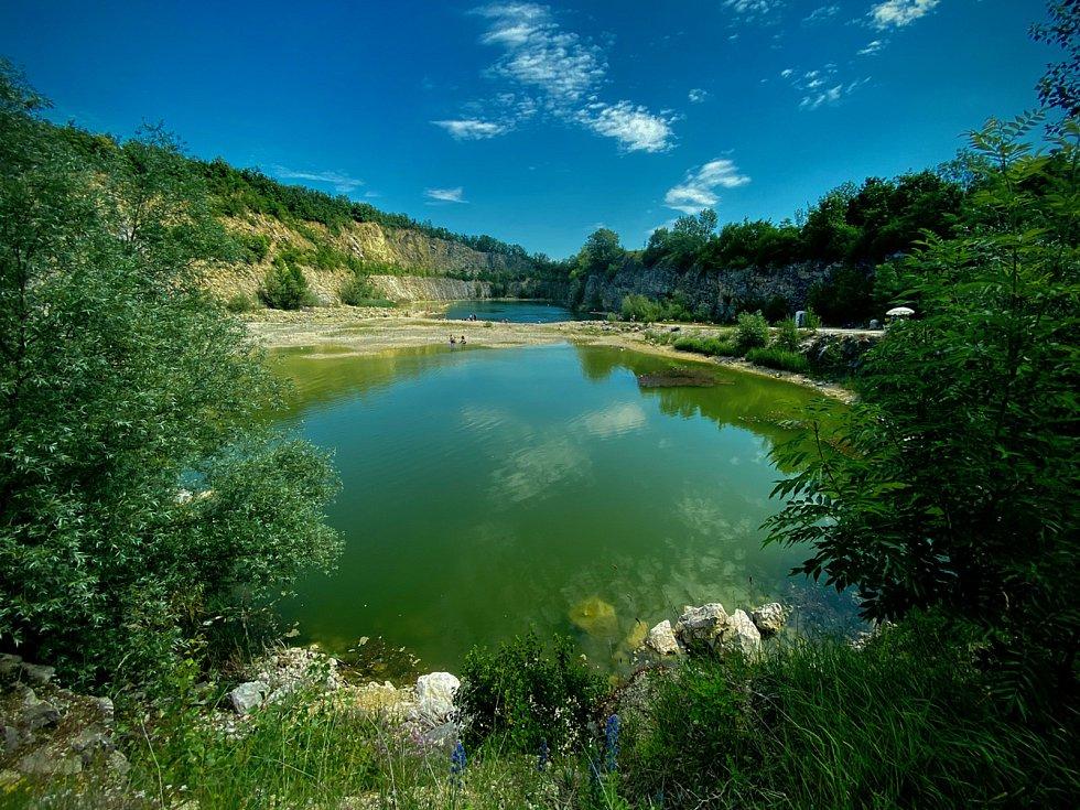 Stezka mezi Vinohrady, Hraniční zámeček Hlohovec, Apollonův chrám nebo Svatý Kopeček v Mikulově. Krásných míst na Pálavě je mnoho.