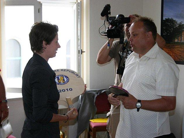 Renata Štrbíková předává břeclavskému starostovi památeční obří pálku. Za chvíli na ní přibudou i podpisy.