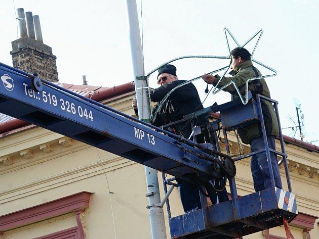 V centru Břeclavi na ulici 17. listopadu instalovali pracovníci svítící komety už v pondělí. Větších vánočních ozdob na stožárech veřejného osvětlení bývá ve městě asi stovka.