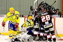 Hokejisté Břeclavi (ve žlutém) v Brně utržili pořádný debakl.