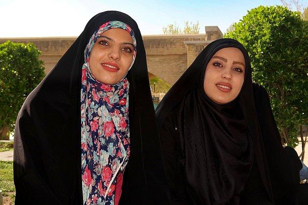 Iránské dívky vtradičním čádoru.