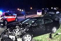 Vážná nehoda dvou osobních aut u Moravské Nové Vsi si v sobotu večer vyžádala celkem čtyři zranění. Srazila se tam dvě osobní auta. Jednoho řidiče museli hasiči z auta vystříhat.