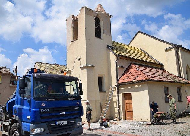 Tornádo srovnalo část obce Hrušky doslova se zemí. Lidé vsobotu dopoledne neúnavně pracovali a pomáhali jeden druhému.